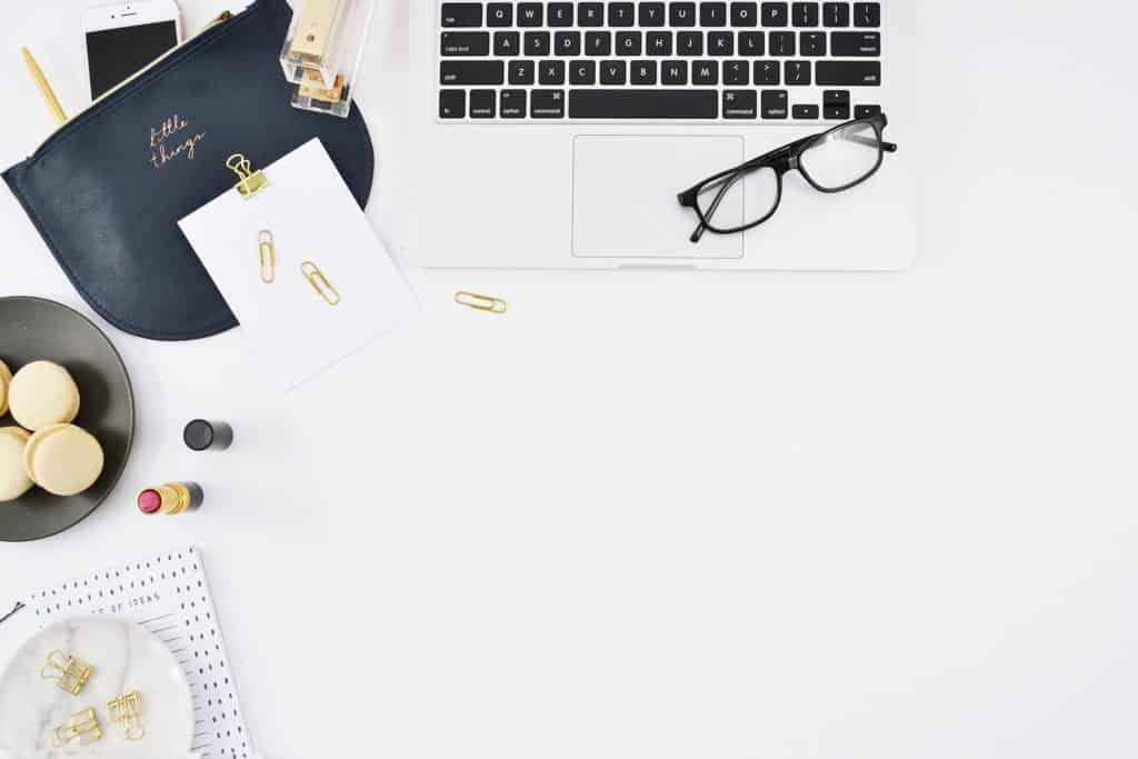 How to create interactive quizzes to grow your email list. Desktop. Girlboss desk. Business woman