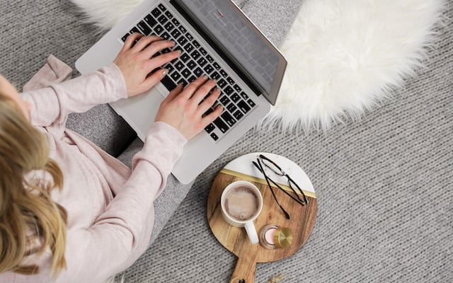 an entrepreneur in a cosy environment to become consistent in blogging life
